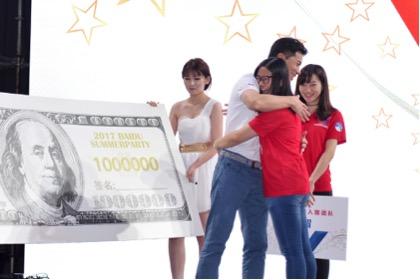 """李彦宏颁出价值100万美元的""""百度最高奖""""。"""