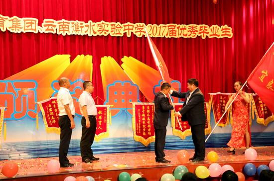 郭浩宇向三个校区授予级部旗