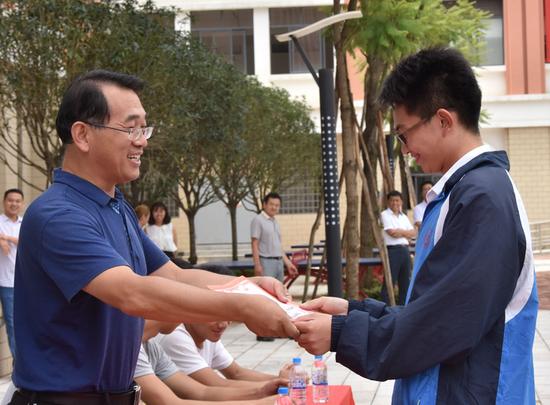 校区副校长李广水颁奖