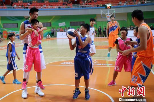CBA球员带领小球员开心打篮球。 泱波 摄