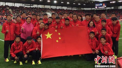 """甘肃中先生走进英超赛场 """"中国红""""为客队带来好运"""
