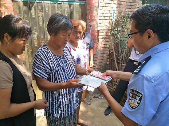 当地公安机关向蒲金花(左二)送去《见义勇为行为确认证书》。本文图片均由 杞县县委宣传部 供图
