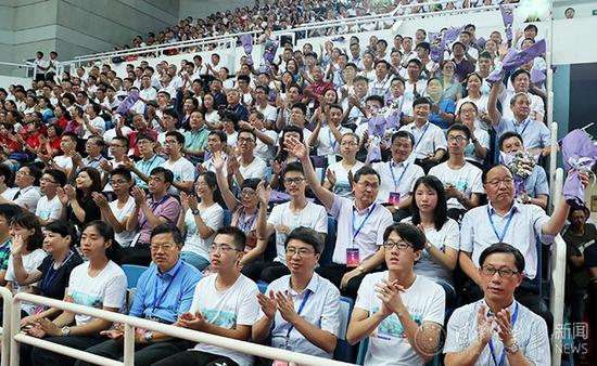 中学校长与学生们一同参加开学典礼。记者 石加东 摄