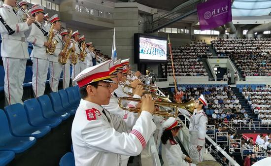 军乐队奏响国歌。记者 苑洁 摄