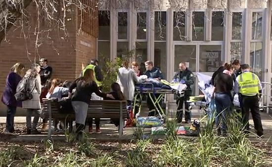 医护人员对受伤学生进行救治(视频截图)。