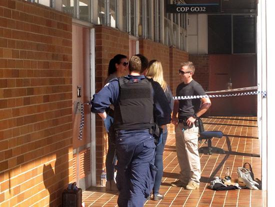 8月25日,在位于澳大利亚首都堪培拉的澳大利亚国立大学,警察封锁一间教室。