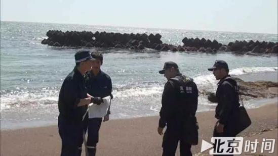 (札幌南警察署警员在发现尸体的海岸进行记录图/日本媒体)