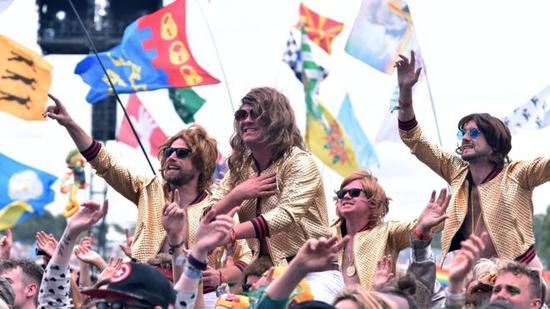 格拉斯顿伯里音乐节 - 越来越多的年轻人情愿体验性消费。