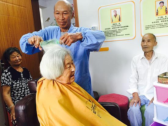 上海奉贤退休教师公益为乡亲理发51年