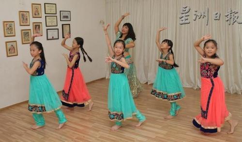 李淑莹交孩子们跳宝莱坞舞蹈。(马来西亚《星洲日报》)