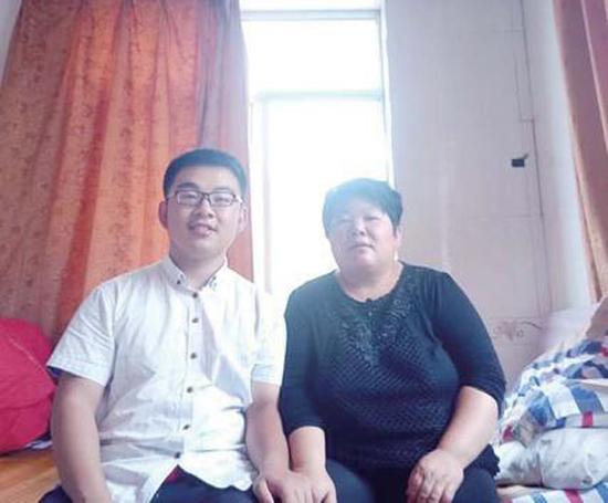 张龙和他的母亲在暂时的住所内。