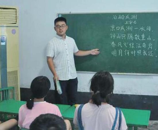 为了帮衬家里, 张龙高考后在辅导机构打工挣钱( 资料图)。  本文图片均来自齐鲁晚报