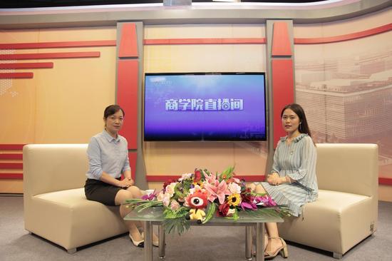 (左起)广东工业大学MBA教育中心主任奚菁、主持人赵紫涵