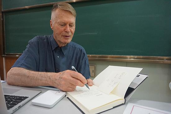 """""""勒爷爷""""在书上为学生写下寄语"""