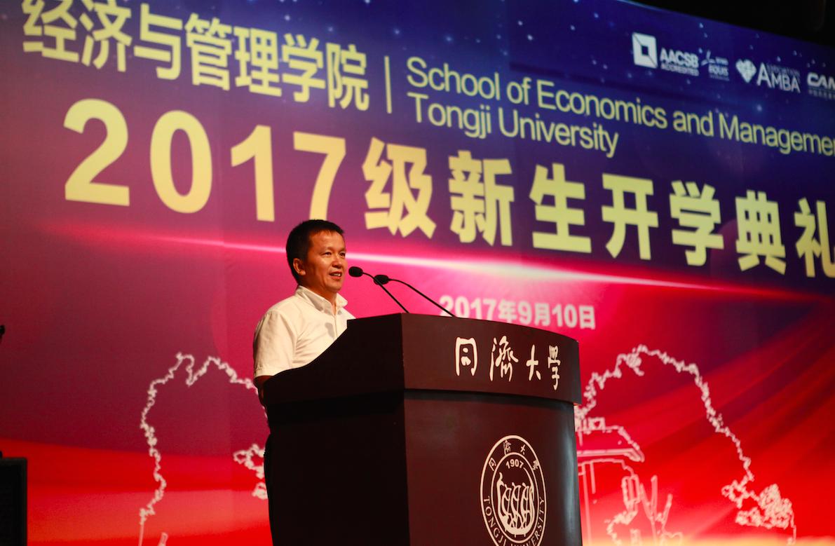 主持人王广斌副院长宣布典礼正式开始