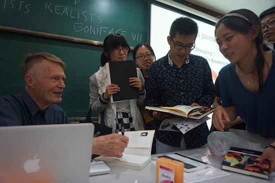 """课后,学生们围着""""勒爷爷""""签名留念"""