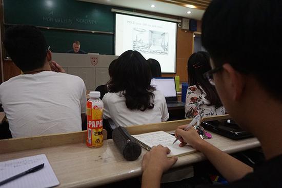 2016级天文系学生刘丰源,在课堂上专心记着笔记