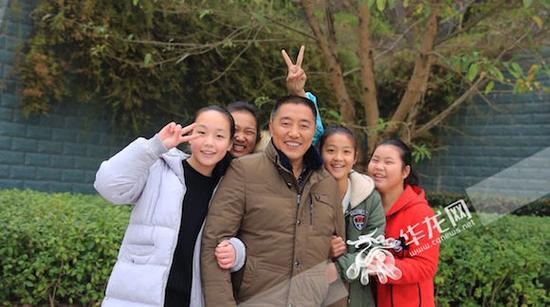 王远文和学生在一起。受访者供图 华龙网发