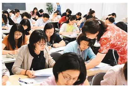 日本学生在认真学习汉语。