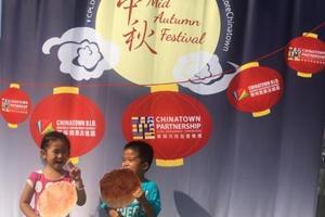 中秋节传统活动带旺纽约华埠 亲子同乐氛围浓