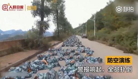 学校武装部部长表示,每年军训都安排接近实战,在学生中反响不错。