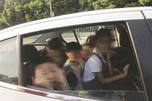 5座轿车塞10个人 江苏327辆车非法接送学生被查
