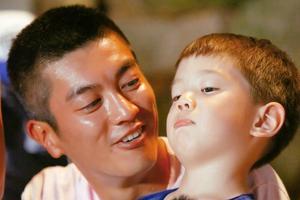 嗯哼向爸爸杜江表示拒绝玩具 就读知名国际校