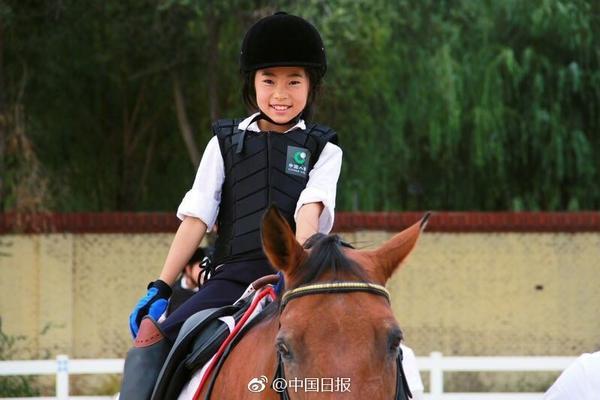 组图:别人家体育课学马术 内蒙古学生是骑马上学?