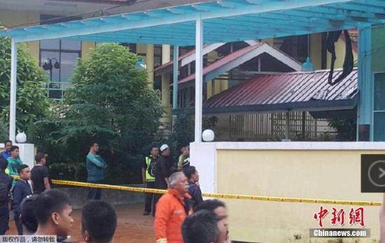综合媒体报道,当日早5时许,吉隆坡Darul Quran Lttifaqiyah宗教学校宿舍二楼发生大火。有目击者表示,火势当时非常猛烈,不到一刻钟的时间,宿舍二楼便陷入火海。