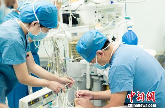 麻醉医生不是紧盯着麻醉机上的数据,就是在抢救急危重病人,只要是工作状态,他们的神经总是紧绷。 范丽芳 摄