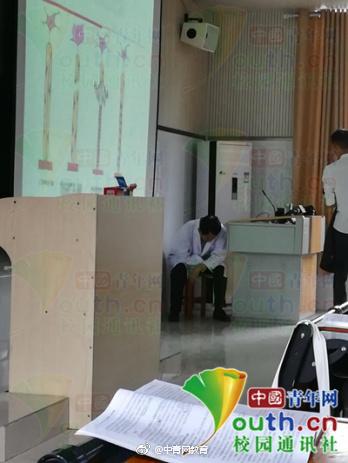 图为丁运良教授上课腹痛难忍,短暂休息。