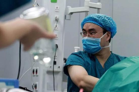一名麻醉医生在手术室内对病人进行观察。