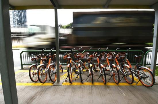 """這是在新加坡拍攝的停放在規劃""""格子""""里的共享單車。新華社發"""