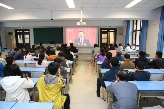 """清華學生密切關注""""十九大""""開幕式"""