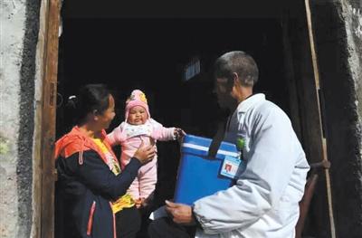 63岁的王春生还坚持在一线,到村里给孩子打疫苗。受访者供图