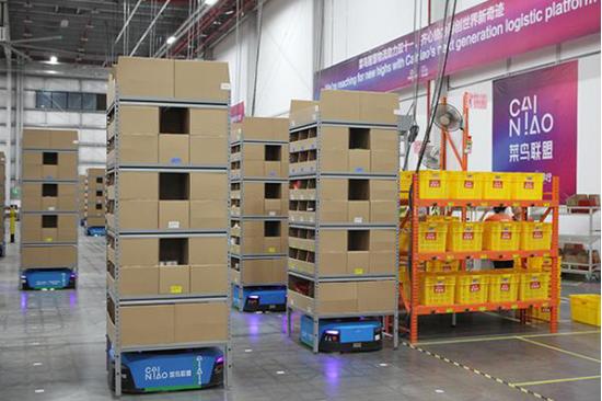 廣東惠陽超級機器人旗艦倉中的機器人在搬運貨物。