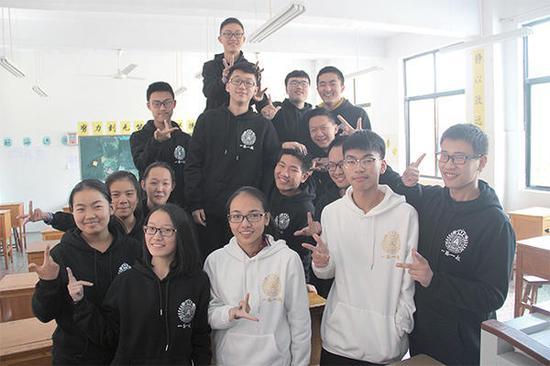 济源一中学生自己设计数学元素班服 时尚有内涵
