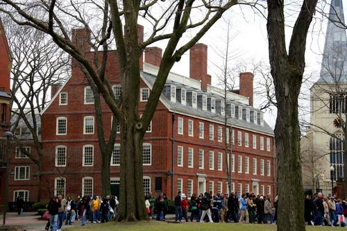 資料圖片:2007年4月3日,游客在美國馬薩諸塞州哈佛大學校園內參觀。新華社記者侯俊攝