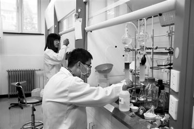 在南开大学医学国际协同创新中心,同学们正在做实验。