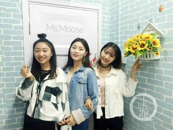(左起) 李夏、吴媛媛、叶小敏开心地在寝室里合照留念。
