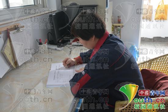 宿管阿姨正在登记各宿舍信息情况。中国青年网通讯员 畅静 摄