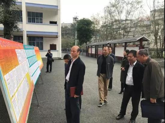 涂副院长在隆林民族高级中学报名站检查高考报名工作