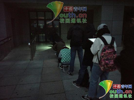 图为考研学生在图书馆门前排队学习。中国青年网通讯员 闫春旭 摄