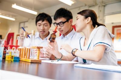 在高中阶段,国际学校的学生要为出国准备语言考试、实践活动等,家长应给予配合和支持。 图/视觉中国