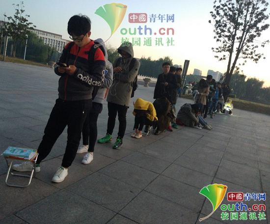 图为清晨图书馆考研同学在排队。中国青年网通讯员 闫春旭 摄