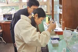 中学教学让高冷物理保温 学生走进大学实验室