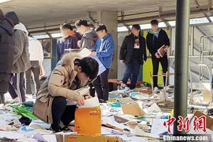 韩高考因地震推迟 学生扔书后又去找回
