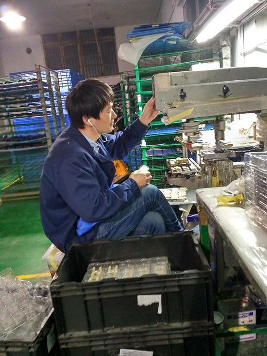 徐孟南一边上班,一边戴着耳机听音频课程。受访者供图