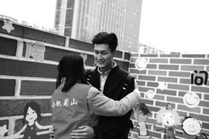 一市民接受了陌生志愿者的拥抱