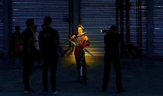 上海ChinaJoy,一名cosplayer在进行角色扮演。视觉中国 资料